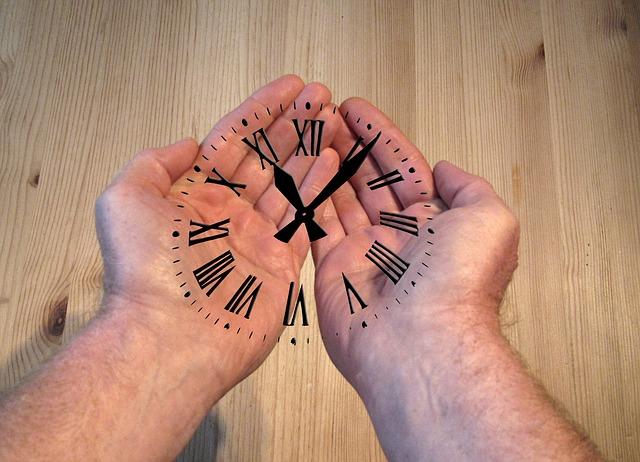 Reloj en manos