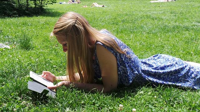 Chica leyendo en tablet