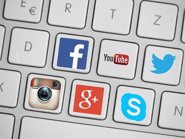 Logos redes sociales en teclado